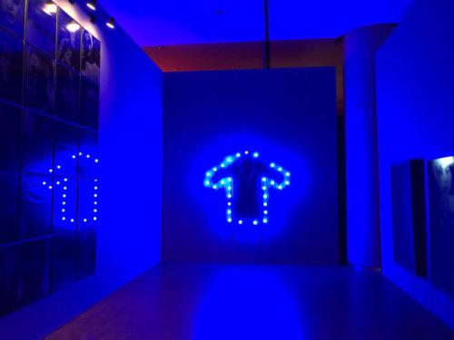 青い電球で縁取られたコートの写真