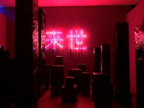 クリスチャンボルタンスキー展の展示・黒いモニュメント