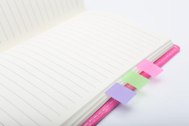 ピンクの付箋が貼られた手帳